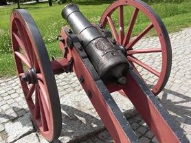 En av kanonerna framför slottet